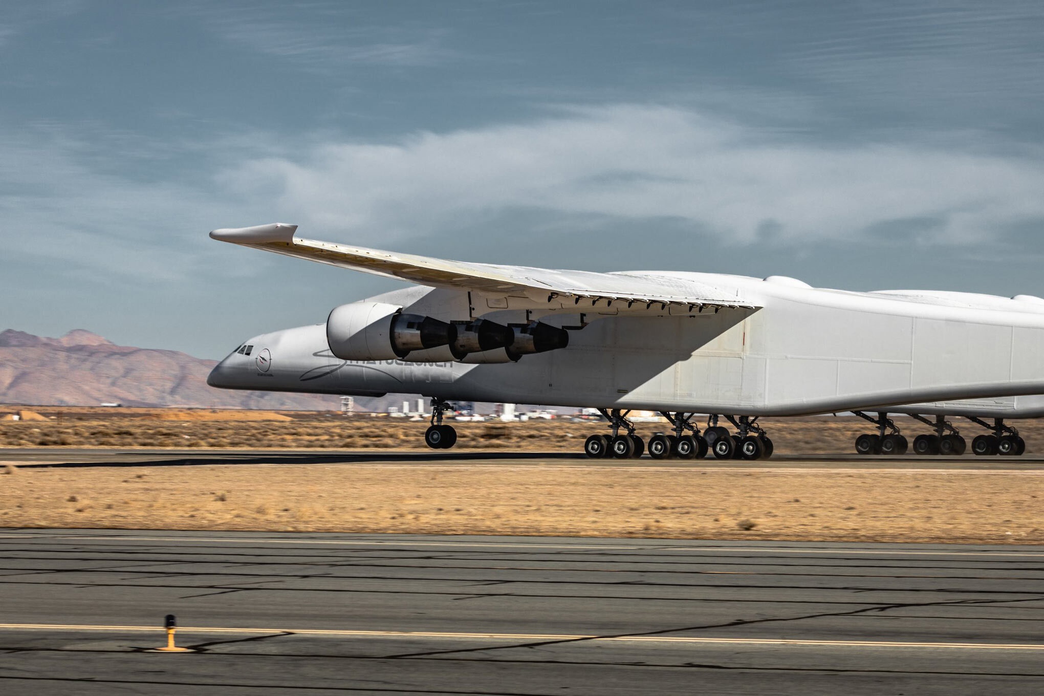 Image of Stratolaunch onrunway takeoff 01